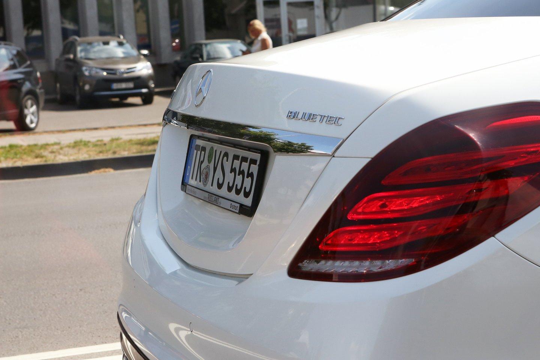 Registruojant transporto priemonę ji paženklinama automatiškai eilės tvarka išduodamais numerio ženklais.<br>M.Patašiaus nuotr.