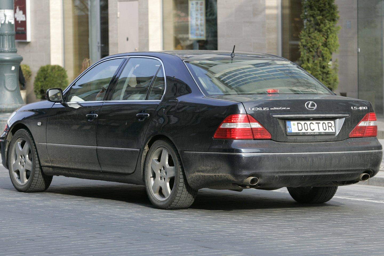 Registruojant transporto priemonę ji paženklinama automatiškai eilės tvarka išduodamais numerio ženklais.<br>V.Balkūno nuotr.
