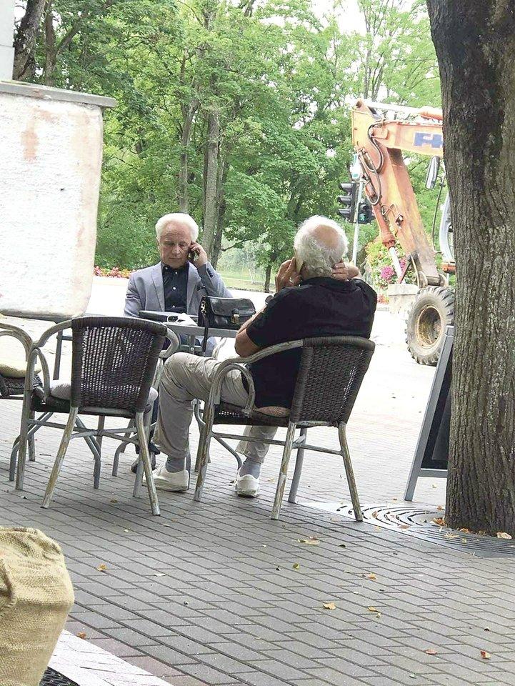 Druskininkų tarybos nariai A.Balkė (kairėje) ir J.Šarkus rugpjūčio 25-ąją buvo užfiksuoti be kaukių sėdintys kurorto centre esančioje kavinėje.<br>lrytas.lt skaitytojo nuotr.