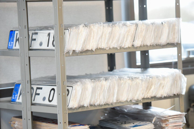 Registruojant transporto priemonę ji paženklinama automatiškai eilės tvarka išduodamais numerio ženklais.<br>D.Umbraso nuotr.