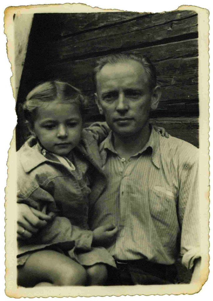 Auksutė Ramanauskaitė su tėčiu Adolfu Ramanausku-Vanagu.<br>Archyvo nuotr.