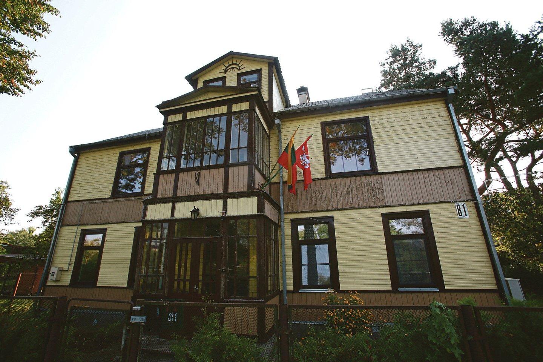 Panemunėje, A.Smetonos alėjoje, ant 81-uoju numeriu pažymėto dviejų aukštų medinio namo galima pamatyti pusmėnulį su spinduliais.<br>G.Bitvinsko nuotr.