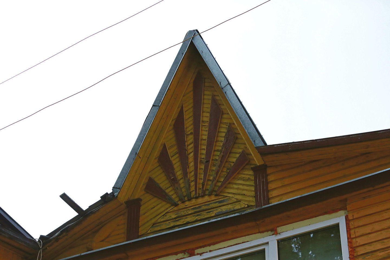 Žemaičių gatvės 97-asis namas tarpukariu buvo papuoštas simboline saule su spinduliais. Dabartiniai jo gyventojai svarsto, ar remontuojant pastatą jų nepanaikinus.