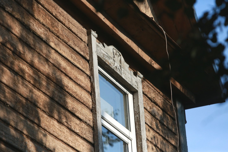 Nemažai Aukštaičių gatvės 25-ojo namo medinių detalių jau sunaikinta. Išliko tik mediniai langų apvadai, kurių forma primena saulę, ir žvaigždžių raižiniai.