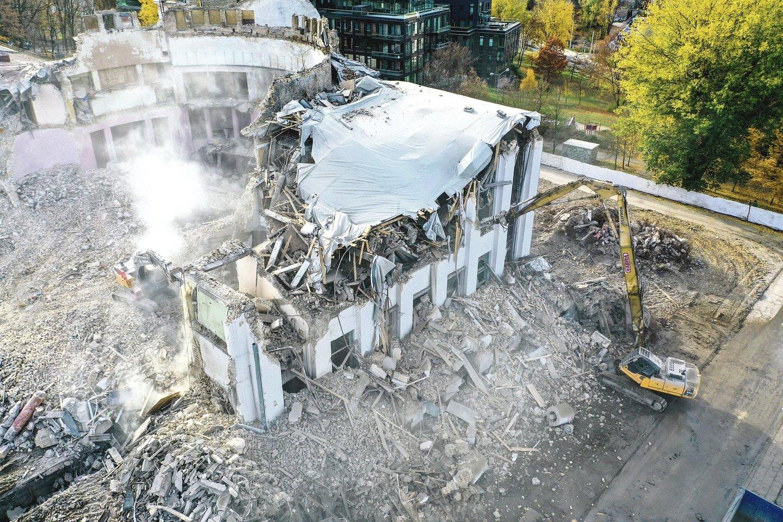 Prieš metus buvo labai skubama kuo brangiau nugriauti Profsąjungų rūmus.<br>V.Ščiavinsko nuotr.