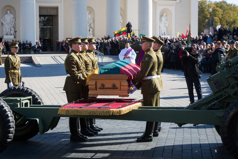 2018 m. Vilniaus Antakalnio kapinėse perlaidoti partizanų vado Adolfo Ramanausko-Vanago palaikai.<br>LR nuotr.