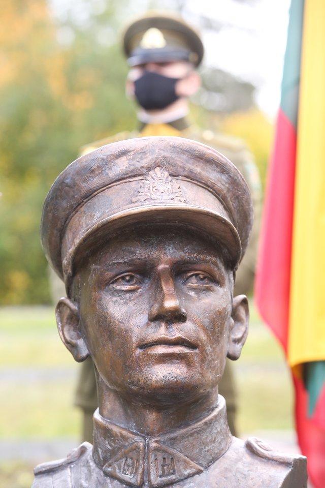 Atidengtas paminklas A.Ramanauskui – Vanagui.<br>R.Danisevičiaus nuotr.