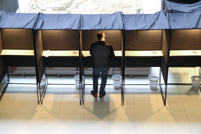 Penktadienį Seimo rinkimuose balsuoti gali tie, kas turi teisę tai daryti namuose, taip pat specialiuosiuose punktuose – ligoninėse, globos įstaigose, bausmių atlikimo vietose.<br>R.Danisevičiaus nuotr.