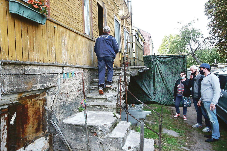 Vokiečių gatvės 61-ajame name įgriuvo tarp pirmojo aukšto ir rūsio patalpos esančios perdangos dalis.<br>G.Bitvinsko nuotr.