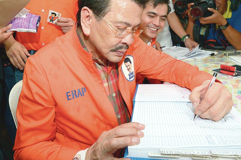 J.Estrada buvo tikras vargšų Robinas Hudas. Jie jį palaikę net ir didinant mokesčius.<br>AFP/Scanpix nuotr.