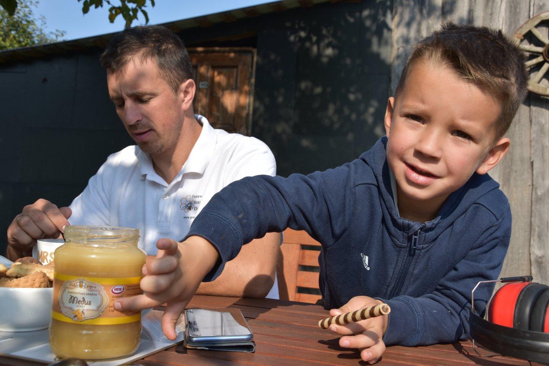 """""""Čia – kilogramas medaus"""", – patikino V.Abutavičiaus sūnus. Jis bityne su tėčiu dirba kone kasdien."""