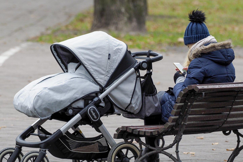 mama ir vaikas, jauna mama, šeima, vaiko pinigai, kūdikis, mama ir vežimėlis<br>V.Ščiavinsko nuotr.