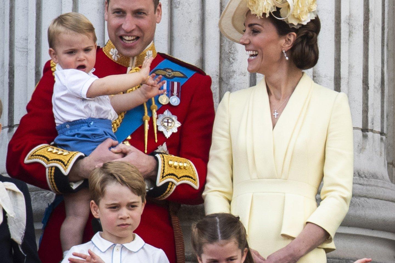 Catherine Middleton vaikams įsisiautėjus viešumoje paliečia švelniai jiems ranka galvas.<br>Scanpix nuotr.