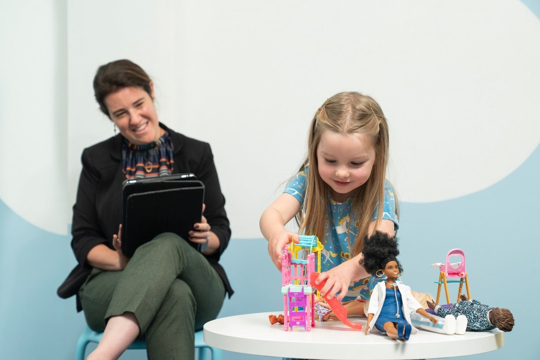 Skatinkite laisvą žaidimą su lėlėmis ir įsiklausykite į vaikų žaidimą, kad suprastumėte jų pomėgius, rūpesčius ir nemėgstamus dalykus.<br>Pranešimo spaudai nuotr.