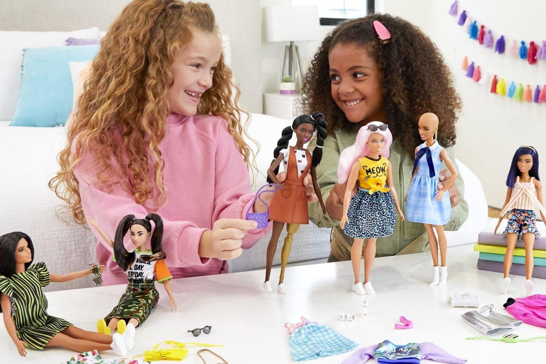 Kai vaikas žaidžia su lėlėmis, jis mokosi bendravimo. Net ir žaisdamas vienas, įsivaizduodamas įvairias problemas, vaikas gali pagalvoti, kaip tam tikroje sukurtoje situacijoje galėtų jaustis draugas.<br> Pranešimo spaudai nuotr.