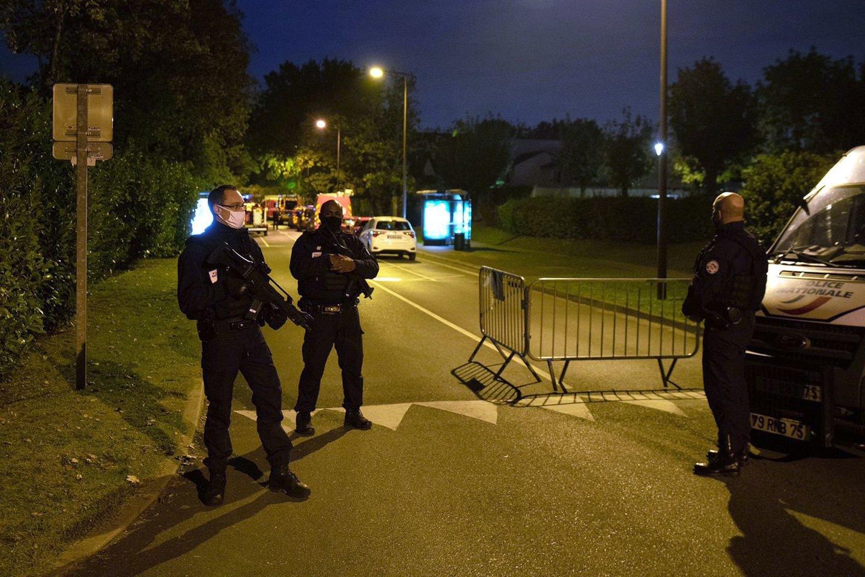 Po kraupaus užpuolimo, kurio metu netoli mokyklos Paryžiaus priemiestyje buvo nukirsta galva istorijos mokytojui, neseniai mokiniams parodžiusiam pranašo Mohammedokarikatūras, buvo suimti keturi asmenys.<br>AFP/Scanpix nuotr.