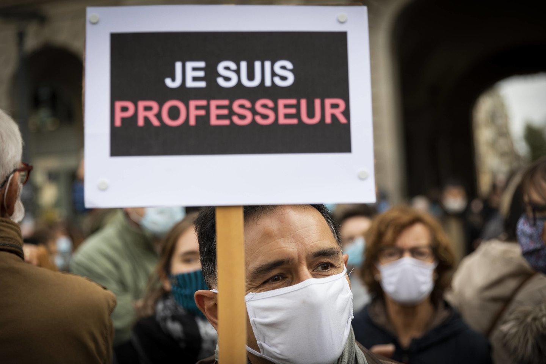 """Prancūzai išėjo į gatves parodyti solidarumą su nužudytu mokytoju, naudodami šūkį """"Je suis prof"""" (liet. """"Aš esu mokytojas"""").<br>IP3press/Scanpix nuotr."""