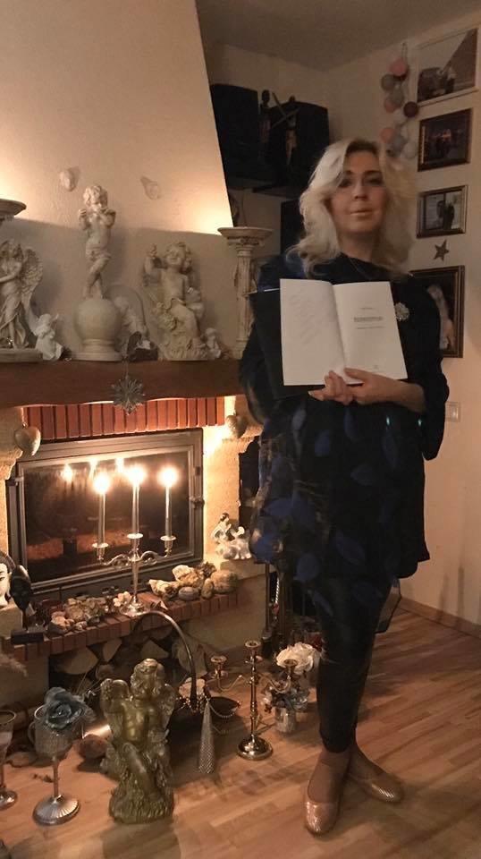 """N.Čepaitė-Goldberg su V.Medvedevo knyga, kurioje aprašyta ir""""Kleopatra"""".<br>Asmeninio archyvo nuotr."""
