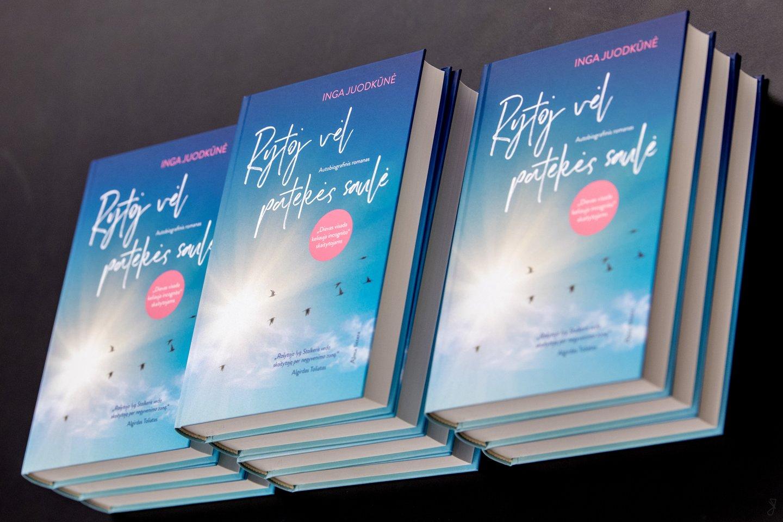 """Knygą """"Rytoj vėl patekės saulė"""" Inga rekomenduoja perskaityti žmonėms, kurie yra šalia sergančio depresija, kad suprastų, kas tai yra ir ką tuo metu daryti.<br> Asmeninio archyvo nuotr."""