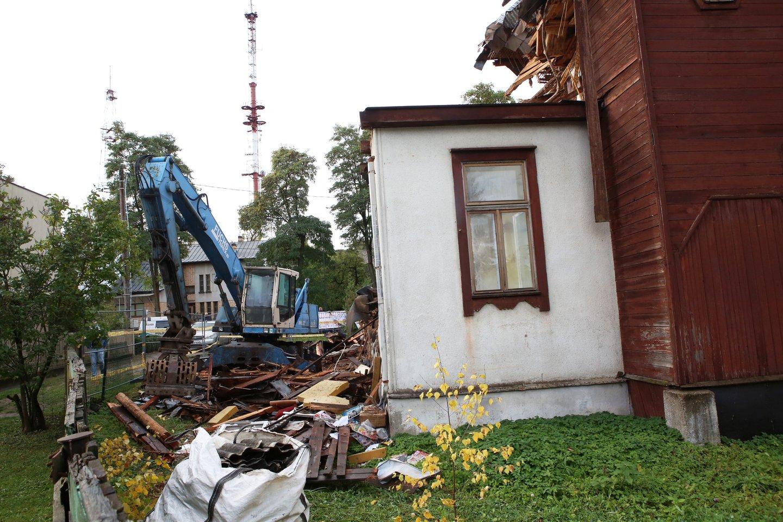 Su išskirtiniu statytojo įžūlumu Statybos inspekcijos pareigūnai susidūrė Kauno Žaliakalnio rajone, kur savavališkai vykdyti kultūros paveldo statinio Perkūno al. 11 griovimo darbai.<br>M.Patašiaus nuotr.
