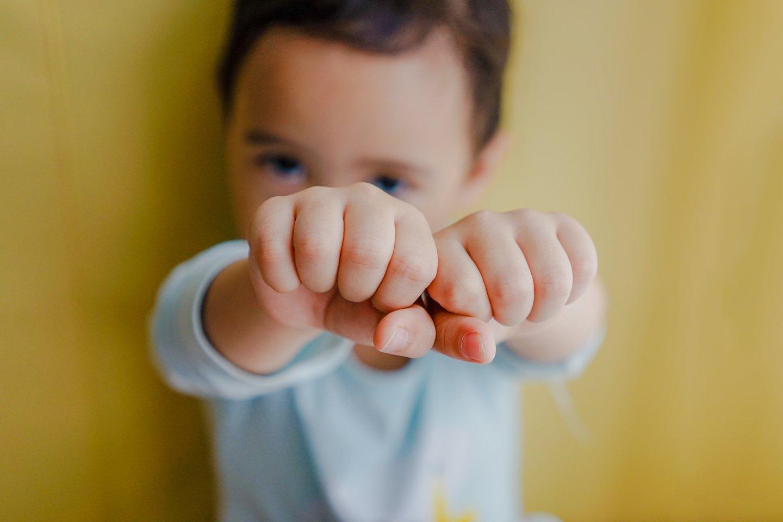 """Jūsų tikslas – vaikus išmokyti kai kurių savęs raminimo būdų, kad jie mokėtų atsitraukti iš sujaudintos būsenos ir susitvardyti, kai gyvenimas klostosi ne pagal jų norus.<br>""""Unsplash"""" nuotr."""