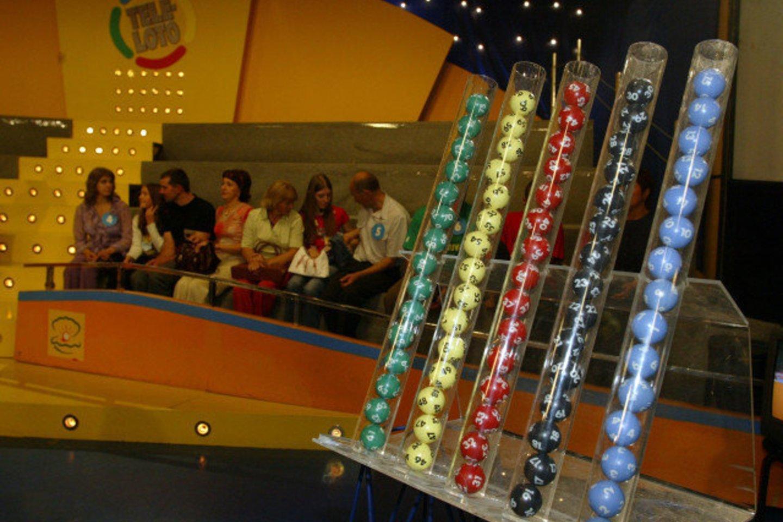 """Devyni kartai """"Teleloto"""" studijoje, du laimėti automobiliai ir nesuskaičiuojama daugybė daiktinių bei piniginių prizų. Dalyvavimas loterijoje ir laimėjimai – mėgstamiausias Aušros iš Utenos laisvalaikio užsiėmimas.<br>I.Gelūnas"""