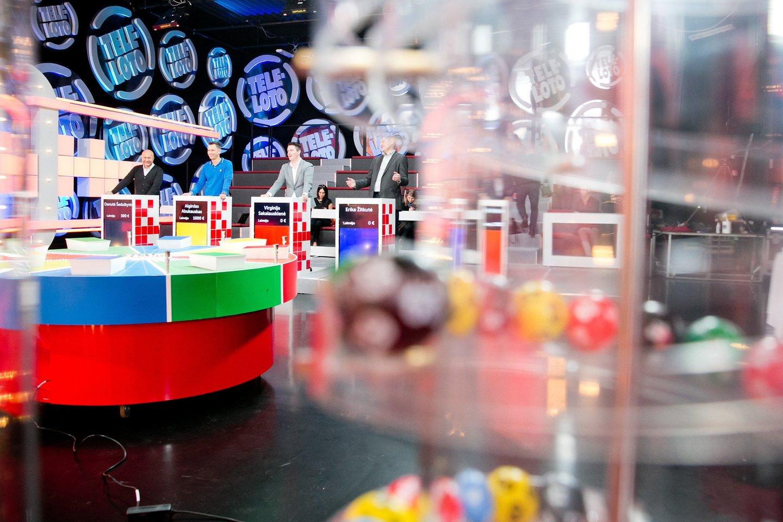 """Devyni kartai """"Teleloto"""" studijoje, du laimėti automobiliai ir nesuskaičiuojama daugybė daiktinių bei piniginių prizų. Dalyvavimas loterijoje ir laimėjimai – mėgstamiausias Aušros iš Utenos laisvalaikio užsiėmimas.<br>T.Bauro nuotr."""