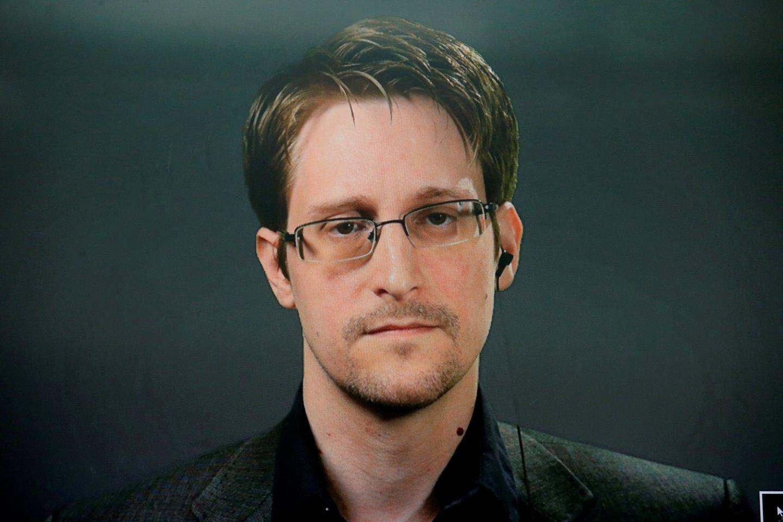 Buvusiam JAV Nacionalinės saugumo agentūros (NSA) kontraktininkui Edwardui Snowdenui suteiktas nuolatinis leidimas gyventi Rusijoje, ketvirtadienį pranešė jo advokatas.<br>Reuters/Scanpix nuotr.