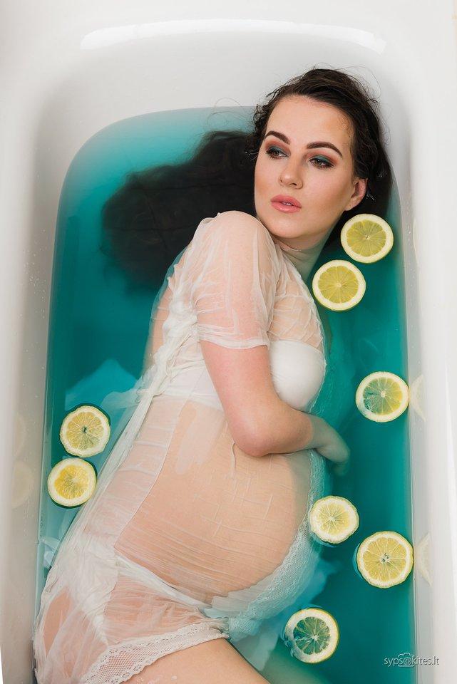"""Jei Aušrai norisi laiko sau, pagulėjimo vonioje, ji keliasi anksti, kad tai spėtų padaryti.<br>""""Šypsokitės"""" nuotr."""