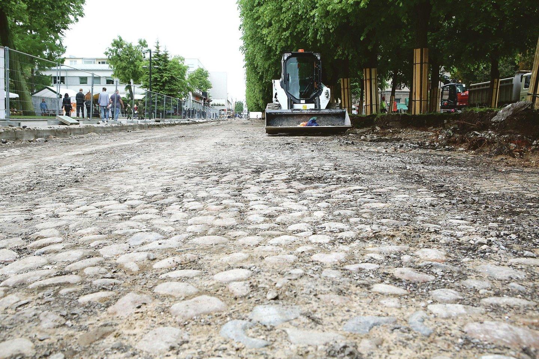 Laisvės alėjoje aptiktas akmens riedulių grindinys nebuvo išsaugotas, akmenys panaudoti kitoms gatvėms grįsti.<br>M.Patašiaus nuotr.