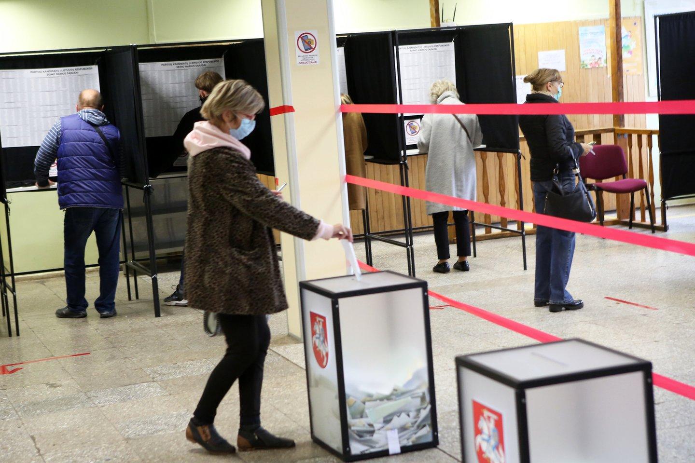 2020-ųjų Seimo rinkimai baigėsi – po antrojo turo sekmadienį 20 val. duris užvėrė balsavimo punktai 68 vienmandatėse apygardose.<br>M.Patašiaus nuotr.