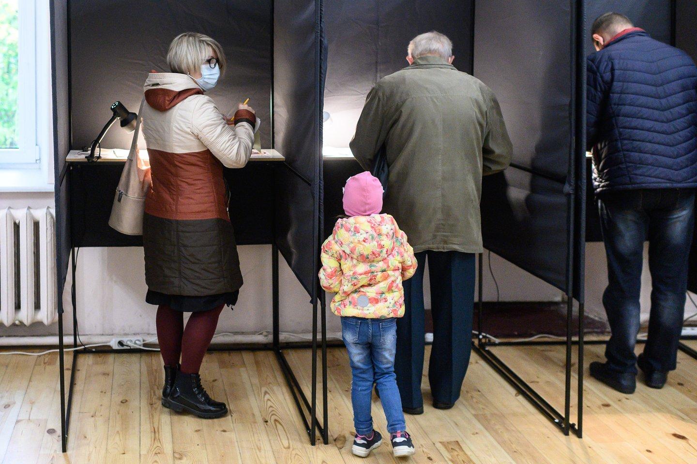 2020-ųjų Seimo rinkimai baigėsi – po antrojo turo sekmadienį 20 val. duris užvėrė balsavimo punktai 68 vienmandatėse apygardose.<br>V.Skaraičio nuotr.