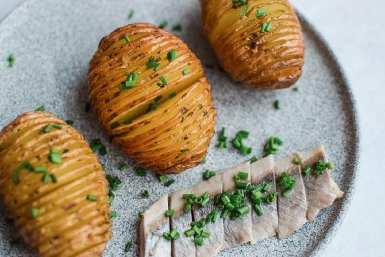 """Traškios keptos bulvės su silke.<br>""""Skaniai sveikai"""" nuotr."""