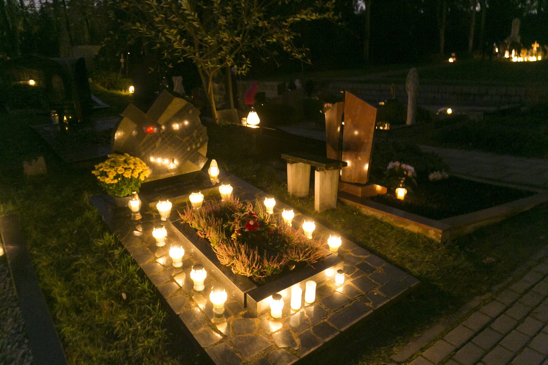 Visi skuba prieš Vėlines sutvarkyti kapus, tačiau yra žmonių, kurie nusprendžia šią paslaugą užsakyti pas kapų tvarkymo įmones.<br>T.Bauro nuotr.