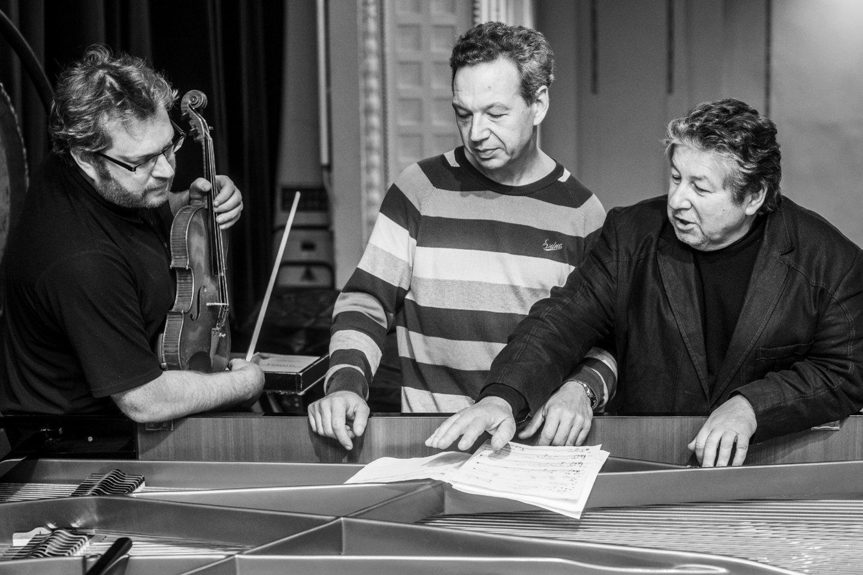A.Šenderovas aptardavo savo kūrinių interpretacijas su atlikėjais – dirigentais ir muzikantais.<br>D.Matvejevo nuotr.