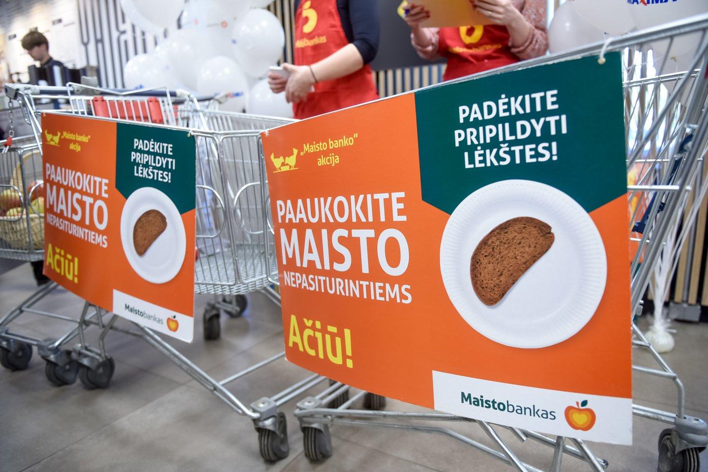 """Savanoriai """"Maisto banke"""" atlieka itin svarbią misiją.<br>D.Umbraso nuotr."""