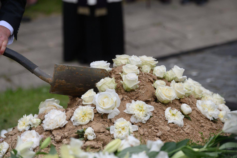 Artimuosius nusprendžia laidoti karste, urnoje arba net kapsulėje, tačiau kiek žmonių pasirenka ekologišką laidojimą?<br>V.Skaraičio nuotr.