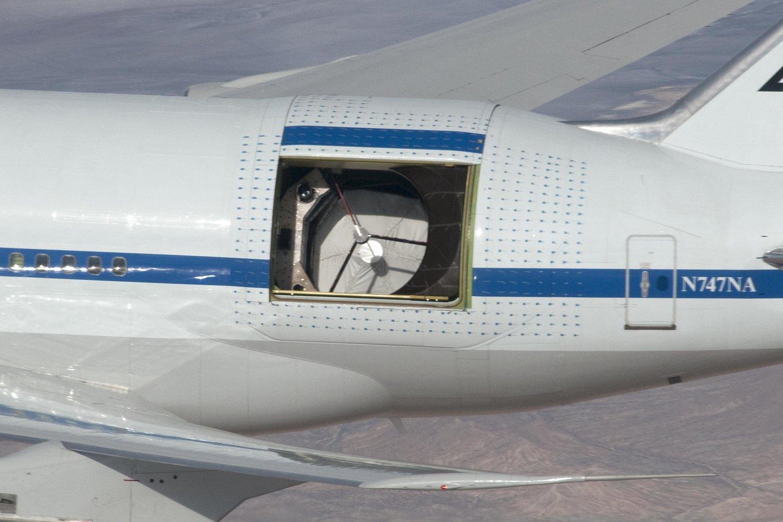 """SOFIA – tai aukščiau nei įprasti keleiviniai lėktuvai skraidantis """"Boeing"""" su išpjauta korpuse skyle teleskopui.<br>Wikimedia commons"""