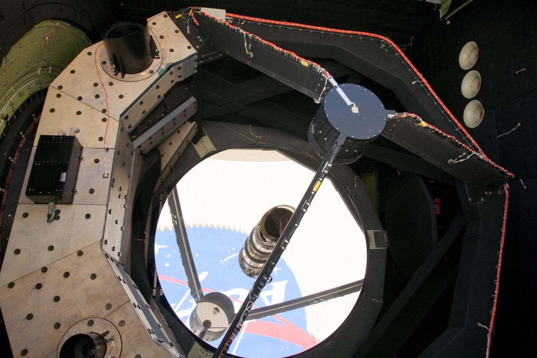 Nepaisant didelių lėktuvo, kuriame įkurta observatorija, išorinių gabaritų, jo viduje skaičiuojamas kiekvienas naudingas centimetras ir gramas.<br>Wikimedia commons