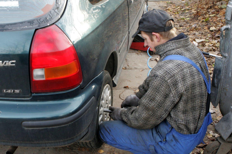 Atėjus rudeniui dėl ilgiau trunkančios tamsos, darganų ar pirmųjų šalnų vairuotojams kyla daug iššūkių.<br>V.Kapočiaus nuotr.