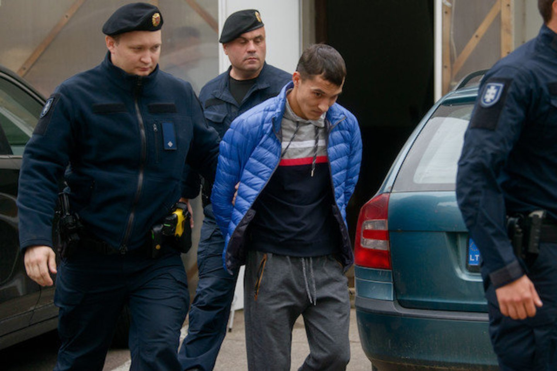 Teisme atgailavę I.Strazdauskaitės žudikai po nuosprendžio puolė pateikinėti skundus.<br>J.Stacevičiaus nuotr.