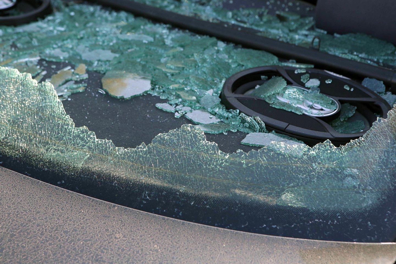 Išvykstantys iš namų kelioms dienoms turėtų nepamiršti pasirūpinti buto, namo ar kieme palikto automobilio saugumu.<br>M.Patašiaus nuotr.