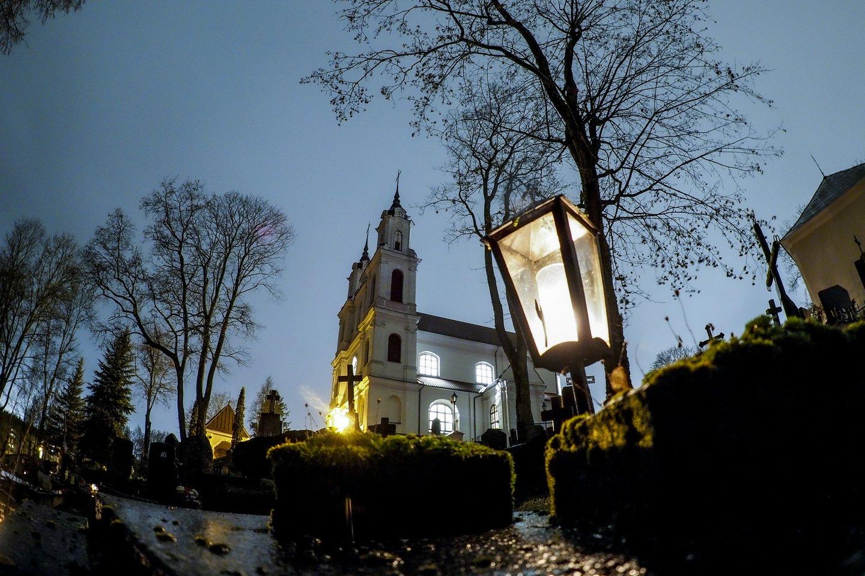 Vėlinės, Kalvarijų bažnyčia, kapinės<br>V.Ščiavinsko nuotr.
