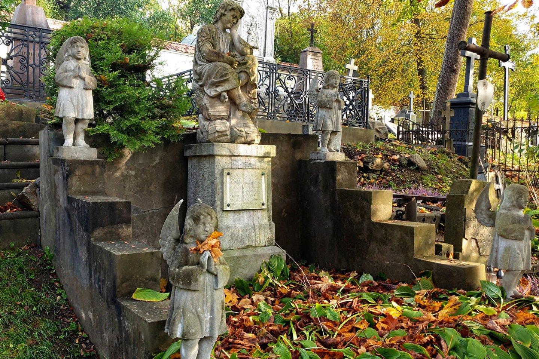 Daugelį Bernardinų kapinių antkapinių paminklų reikia restauruoti.<br>R.Guigos nuotr.