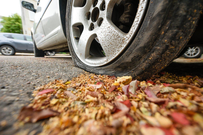 Laikas iki padangų keitimo termino pabaigos jau greitai tiksi, tačiau vairuotojai šiais metais labiau atsipalaidavę ir padangas keistis neskuba.<br>D.Umbraso nuotr.
