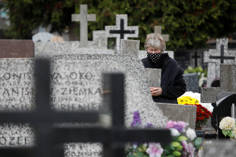 Kasdien augant infekcijų ir mirčių skaičiui, negalima leisti, kad daug žmonių būriuotųsi kapinėse, pareiškė ministras pirmininkas Mateuszas Morawieckis.<br>Reuters/Scanpix nuotr.