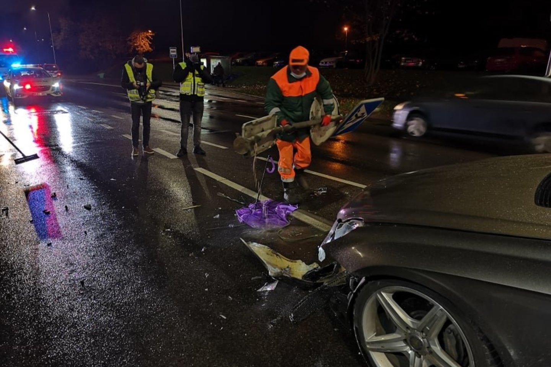 Vėlų penktadienio vakarą Vilniuje išgėręs vairuotojas įlėkė į pėsčiųjų perėję ir nutrenkė per ją ėjusią šeimą su šunimi.<br>A.Vaitkevičiaus nuotr.