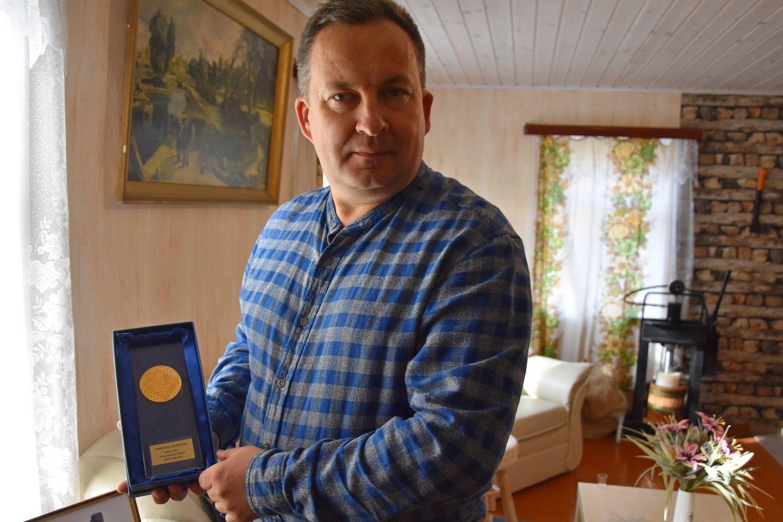 """Sėmenų aliejus pernai parodoje """"Rinkis prekę lietuvišką"""" R.Katinui pelnė laureato medalį.<br>A.Srėbalienės nuotr."""