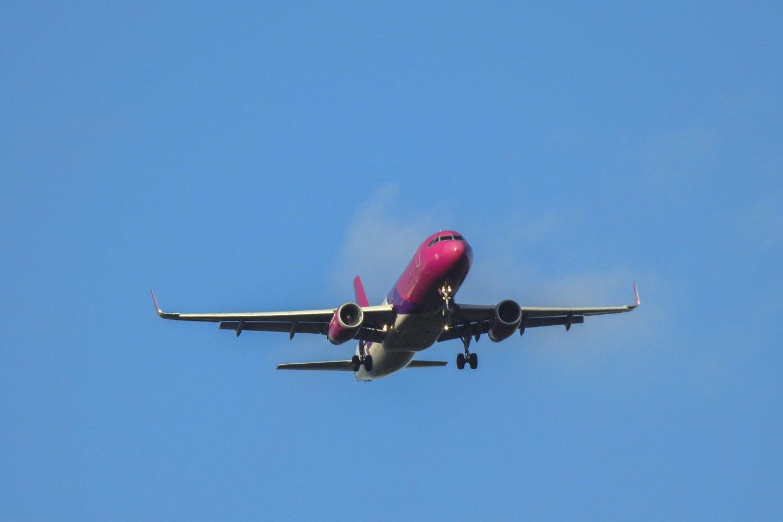 """""""Wizz Air"""" keleivių skaičius spalį buvo daugiau nei per pus mažesnis nei prieš metus.<br>V.Ščiavinsko nuotr."""