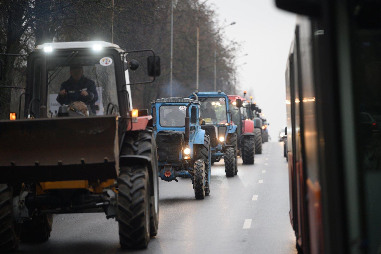 Ūkininkai priešinosi, kad būtų įvesti didesni mokesčiai aplinką teršiančiai žemės ūkio technikai.<br>V.Skaraičio nuotr.